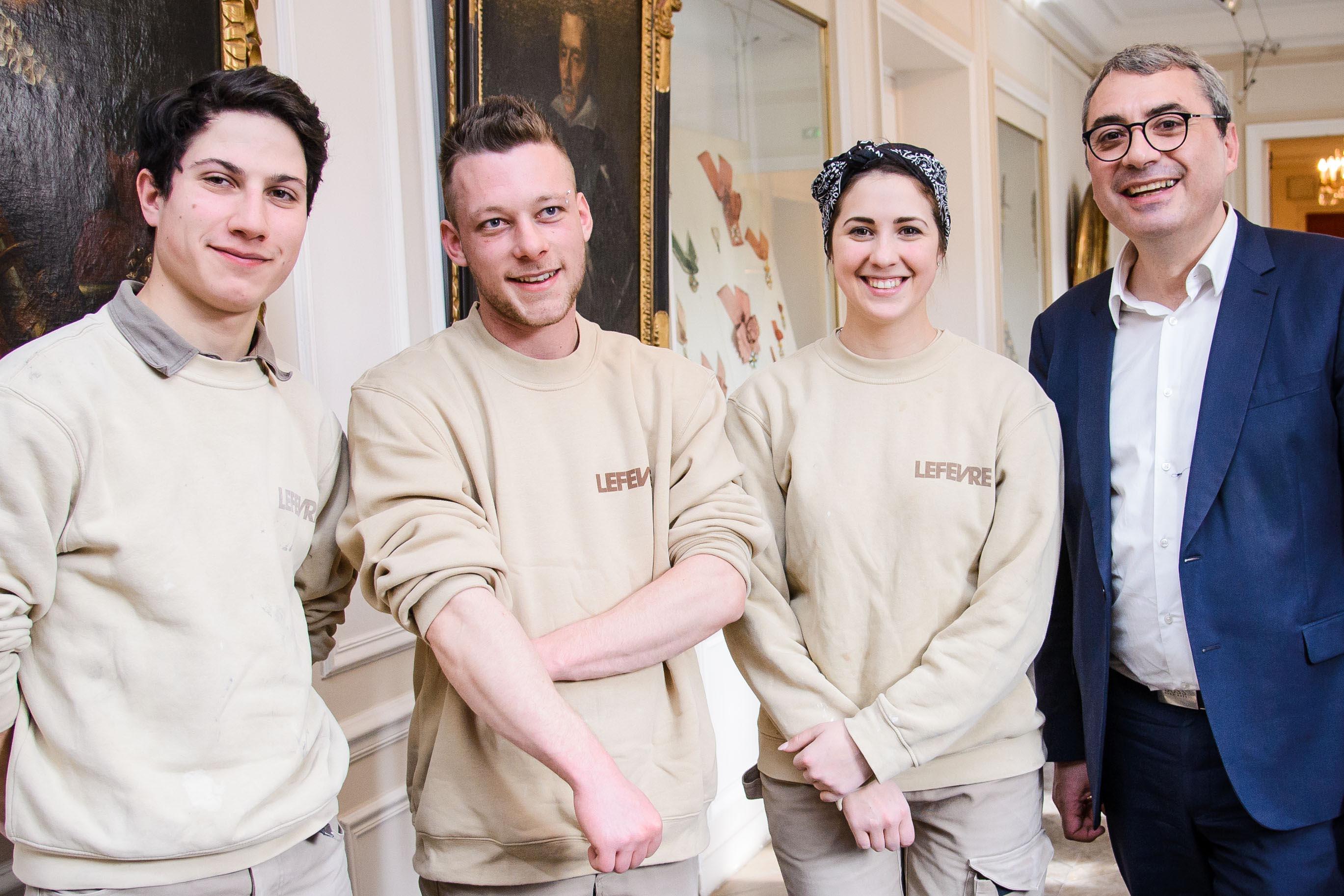 Les apprentis tailleurs de pierre et Cédric Mignon, directeur du Développement de la Caisse d'Epargne